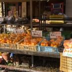 店頭で果物などを販売